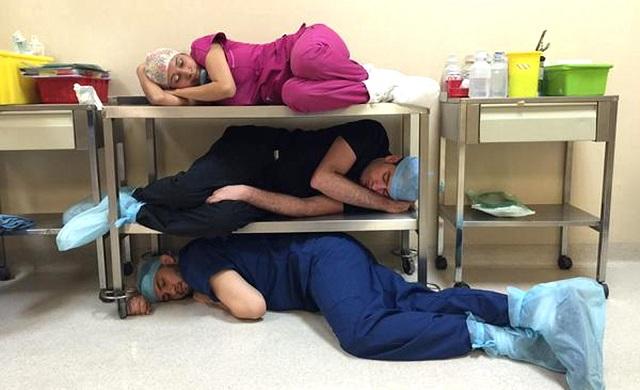 Není výjimkou ani hromadné odkládání mladých lékařů.