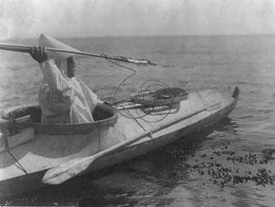 Migrující Eskymák se brání britský válečné lodi HMS Bulwark, která jej chce naložit na palubu a eskortovat zpět do Grónska.