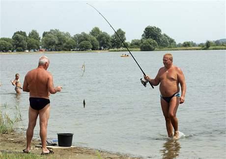 Dnes v Czechii na rybáře u vody nenarazíte! Všichni budou kontrolovat regály s čokoládou.
