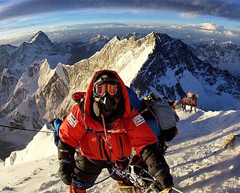 Pan Bořivoj s Johanem těsně pod vrcholem, jak je zachytil japonský horolezec pan Ošikezi Nakada.