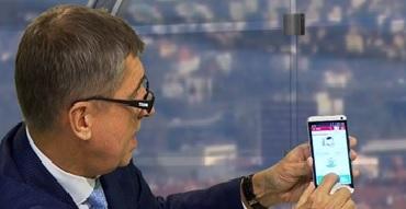 Ministr financí ukazuje v televizi speciální číslo, na které mu budou hlasít dýška mimopražští hospodští.