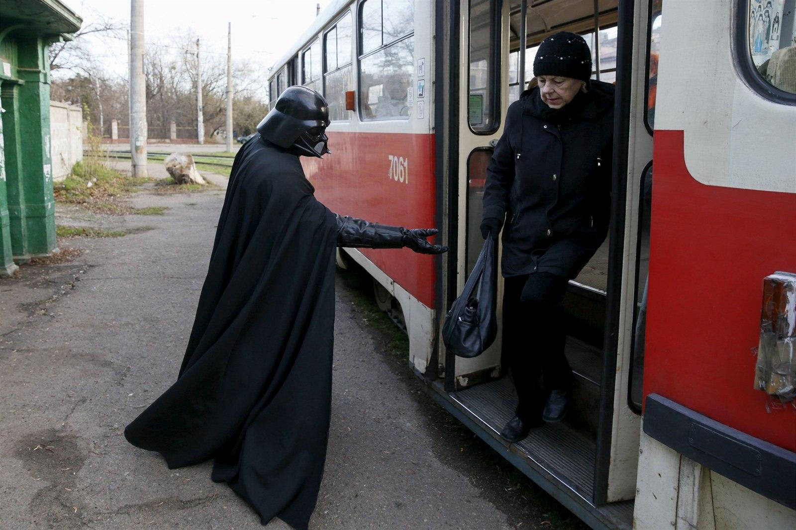 Věčně galantní George Lucas v přestrojení se v Praze svezl i tramvají!