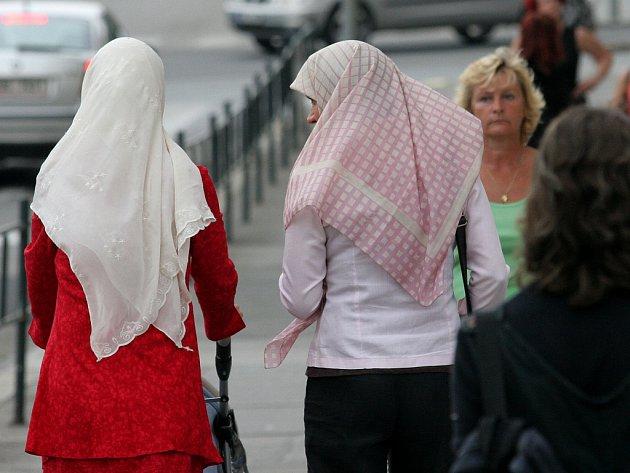 Dvě ze čtyř musulmanek děsivě se procházející Znojmem.