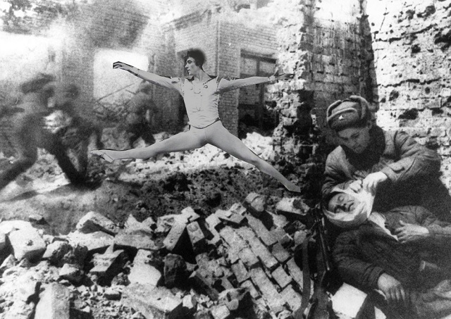 Harapes prchá před postupujícími rudoarmějci v troskách Stalingradu.