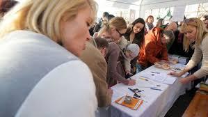 Rozhořčení rodiče podepisovali na Praze 4 petici proti mimozemským formám života v mateřských školách.