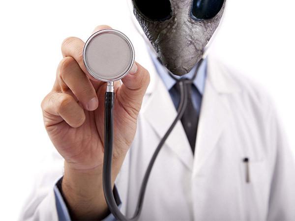 """""""Pozor na ďábelské praktiky mimozemských lékařů,"""" říká Blažej Kotík."""