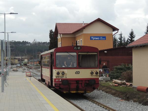 Tímto vlakem přijeli do Týnce zástupci fotbalových klubů z Prahy sondovat možnost neobvyklé posily.