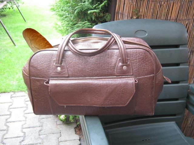 Z této tašky vylétl rohlík paní Zoufalíkové, který usmrtil cyklistu!