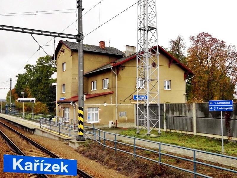 Malebné nádraží v Kařízku. Za ním lze tušit čekajícího Josefa Mrázka.
