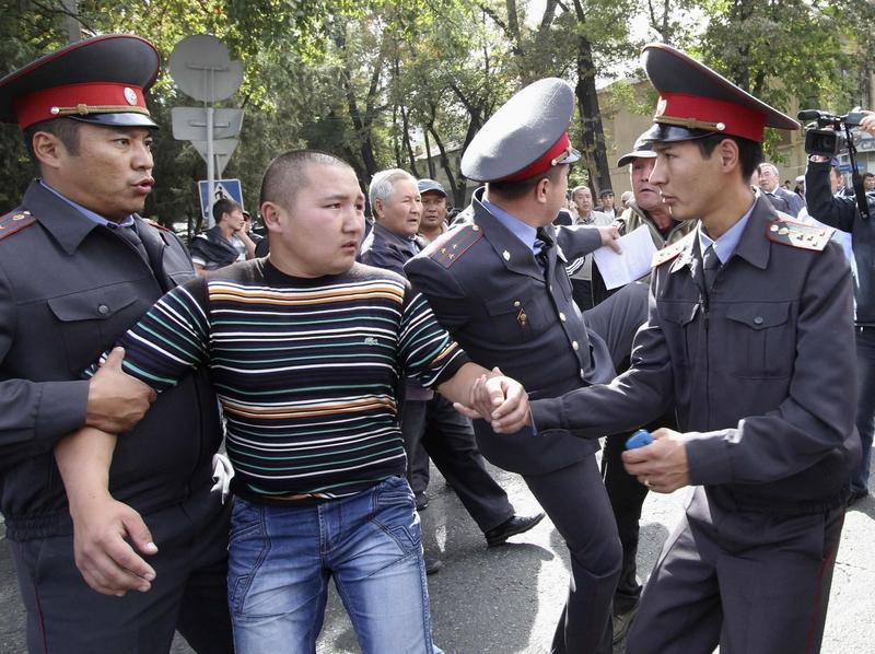 Policisté chrání Ramazana před šílenstvím fanoušků.