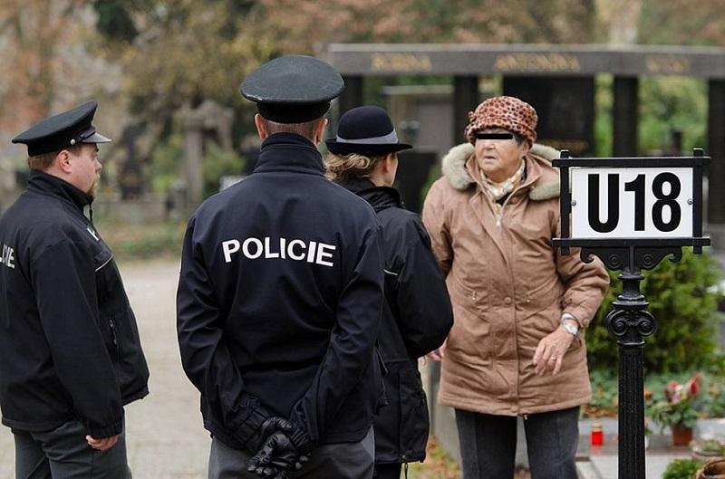 Kde je Alena?! Uhodili rázně policisté na náhodnou kolemjdoucí při zásahu na hřbitově.