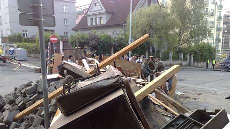 Nadšení obyvatelé Hodonína staví improvizované barikády.