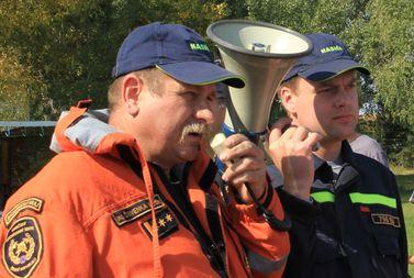plk. Ing. Martin Červenka, DiS. vydává pokyny hodonínským hasičům.