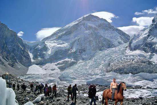 Během výstupu předjel pan Bořivoj v sedle Johana spoustu jiných horolezců.