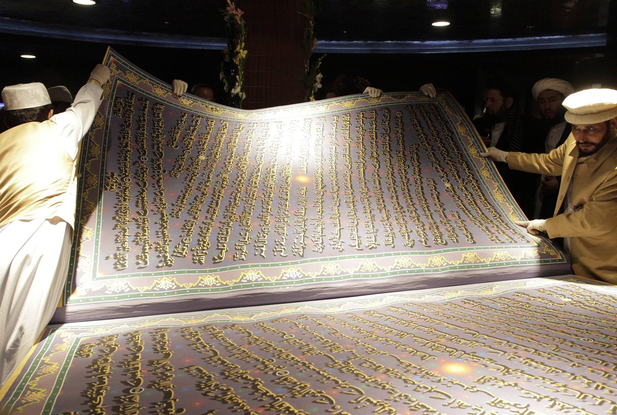 To je on! Nalezený výtisk Koránu právě zkoumají experti z Grafologického ústavu v belgickém Molenbeeku.