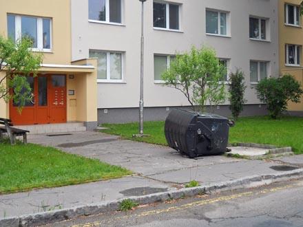 Výsledek řádění na pražských Vinohradech.