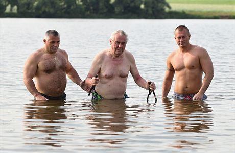 Běžný člověk po vodě chodit nemůže. Byl tedy napadený skutečný Mesiáš? (ilustrační foto)