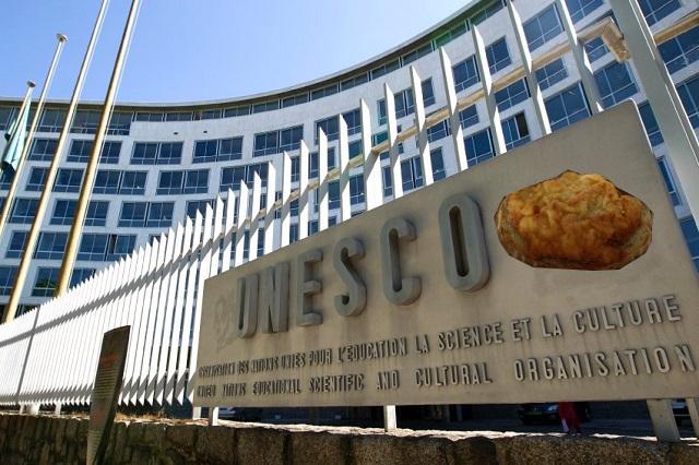 Poté, co někteří z komise UNESCO ochutnali dovezený řízek s chlebem, padaly i návrhy o jeho zařazení do loga.
