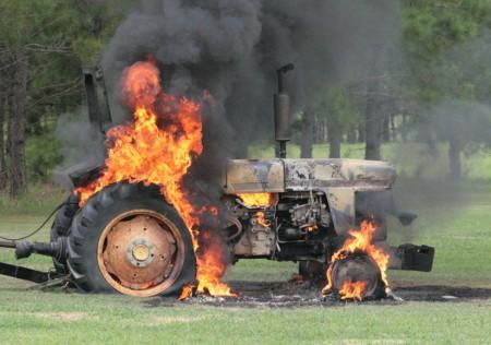 On za to může! Hořící traktor!