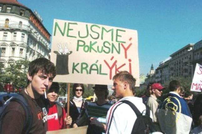Záškoláci protestují, ale podporu veřejnosti ani znalosti češtiny nemají.