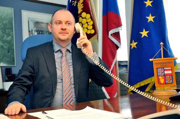 To je on! Béžový telefon z pracovny Michala Haška, přes který byl prý celý obchod dojednán.