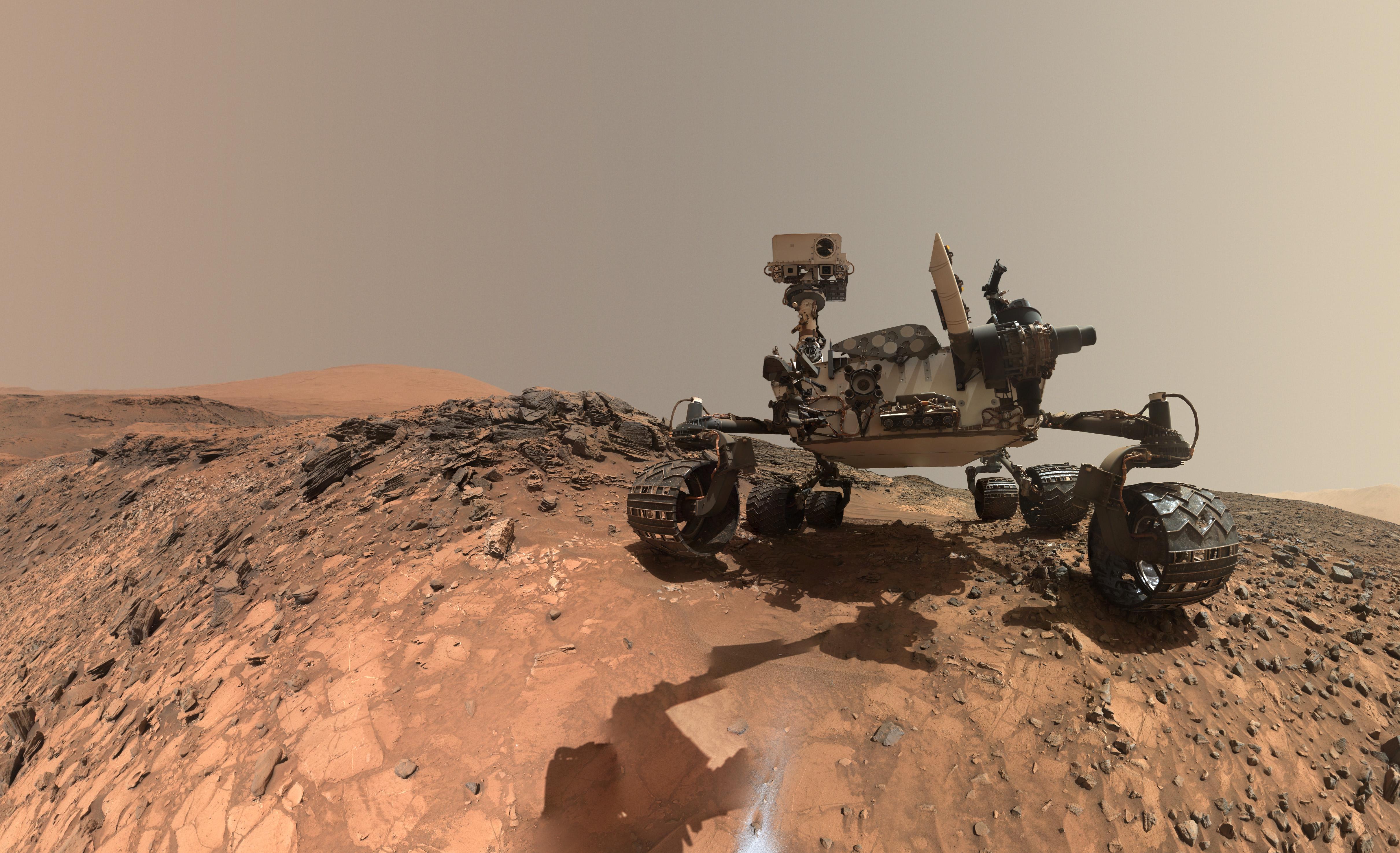 Vozítko Curiosity najíždí na převis. Za ním spatří něco, co navždy změní naše vnímání!