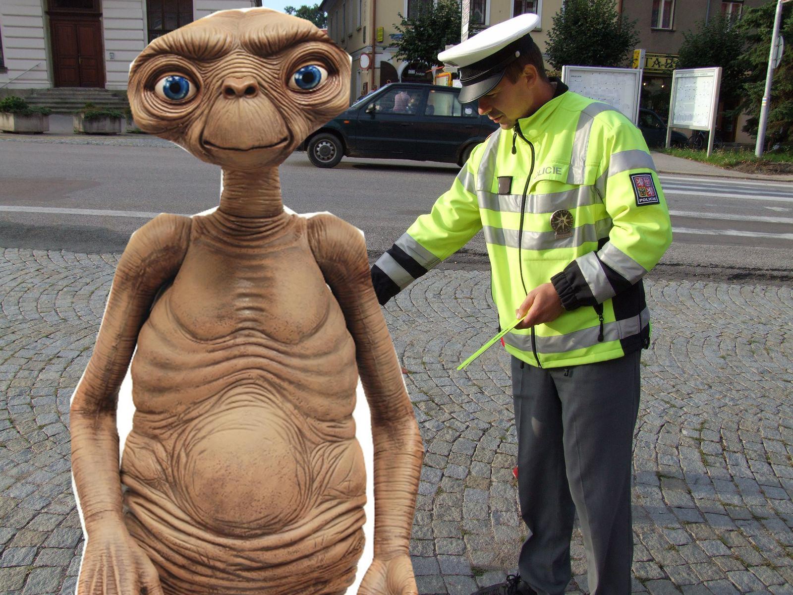 Strážmistr Věcheta právě dává mimozemšťánkovi babu!