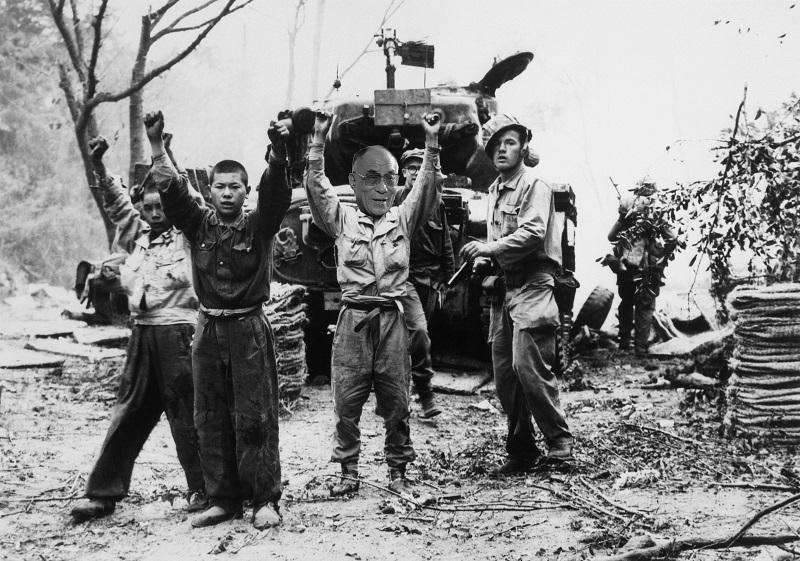 Začátkem roku 1952 byl Daljláma zatčen americkými mariňáky.