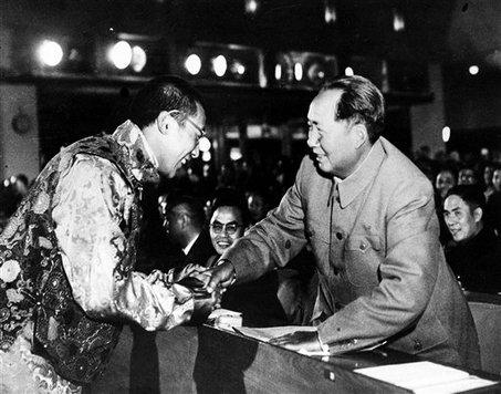 Dalajláma přebírá metál za statečnost z rukou samotného Mao Ce Tunga.