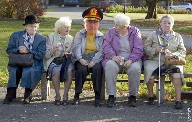 Generál Augusto José Ramón Pinochet na vycházce se svými kamarádkami na lavičce v Roosveltově ulici v Krnově.
