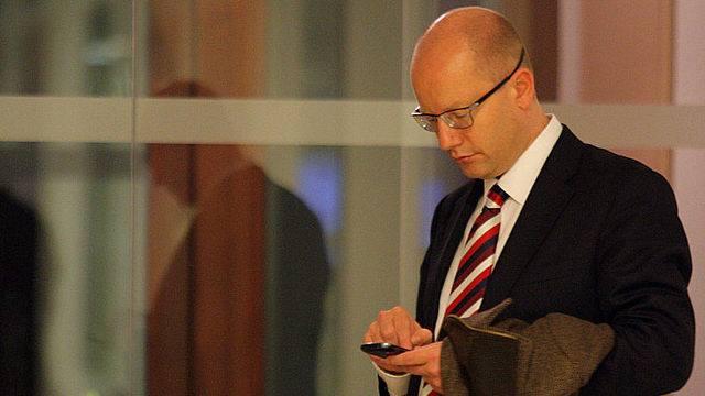 Premiér Sobotka, jak známo, spoléhá především na poštovní holuby. Tady musel udělat výjimku.