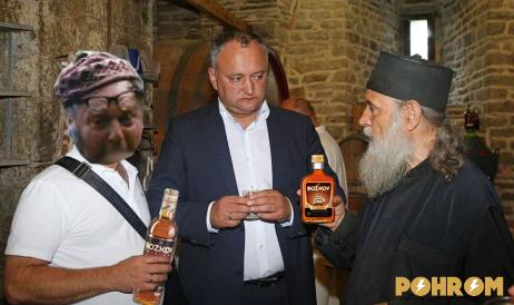 Momentka z Kišiněvského banketu. Zleva doprava - redaktor Barel Kaláč, nově zvolený prezident Igor Dodon a asistent výkumu Colea Rautu.