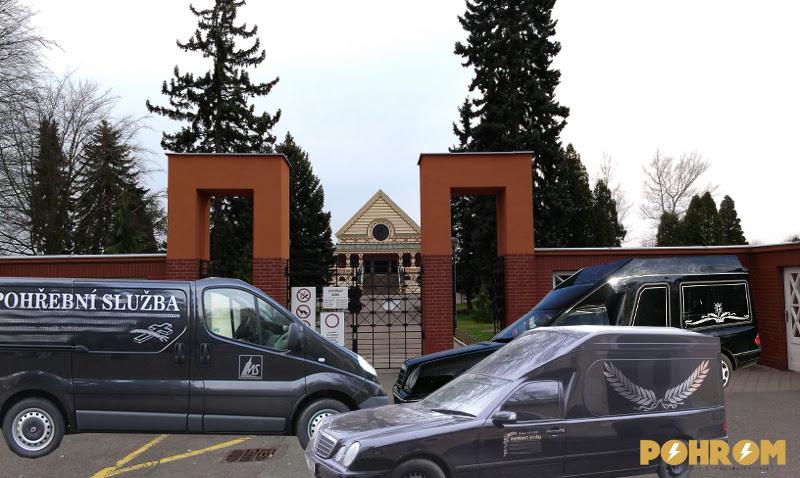 Pardubický hřbitov je doslova v obležení pohřebních vozů, které jsou však bez šance svůj náklad zde vyložit.