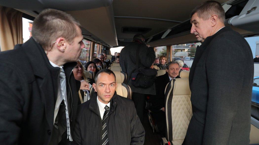 3833262_babis-autobus-vlada-kabinet-v0