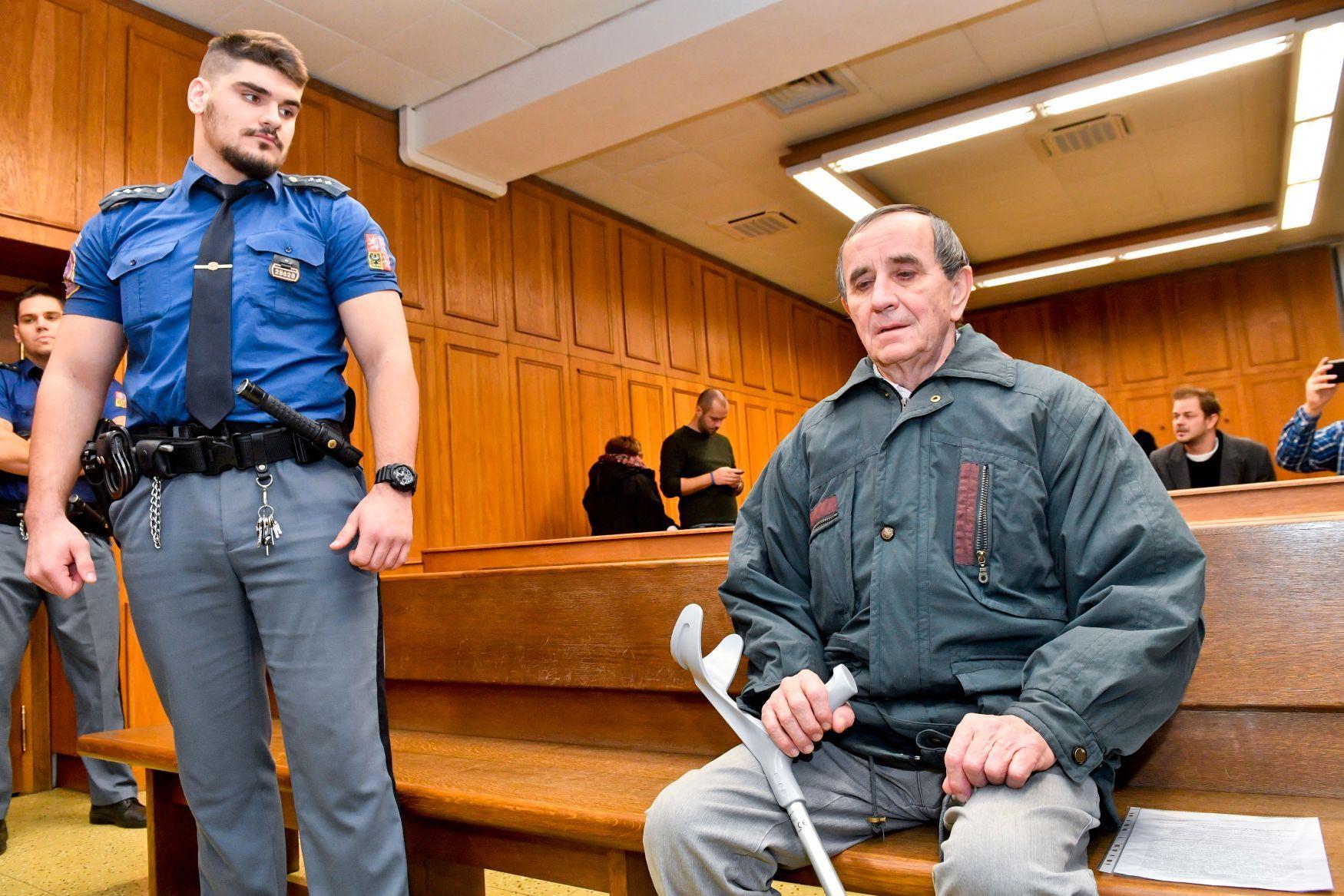 Krajský soud v Praze začal 7. ledna 2019 projednávat případ Jaromíra Baldy (vpravo), který čelí obžalobě z teroristického útoku a z vyhrožování teroristickým trestným činem. Podle kriminalistů pokácel dva stromy na železniční tratě a šířil výhrůžné letáky.